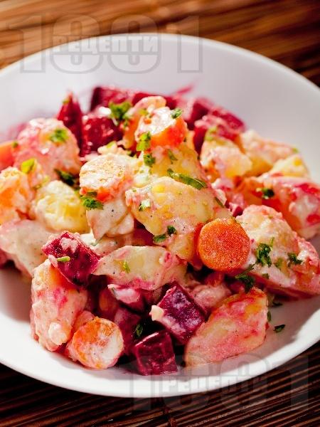 Картофена салата с цвекло и моркови - снимка на рецептата